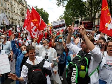 Des manifestants dans le cortège pour l'hôpital public à Paris, ce mardi 14 juillet 2020.