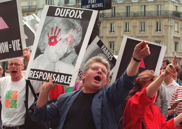 Émoi. Des manifestants de l'association Act Up crient des slogans sous les fenêtres du palais de justice de Paris, le 24 juillet 1992, où sont entendus Georgina Dufoix, Edmond Hervé et Laurent Fabius.