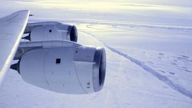 L'extension de la banquise autour de l'Antarctique en hiver pourrait s'expliquer par un regel rapide des eaux fondues en été sous la calotte glacière, selon un rapport de l'Institut météorologique royal des Pays-Bas. Les spécialistes du climat cherchent à