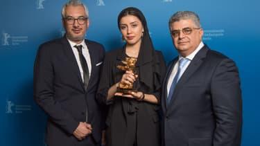Baran Rasoulof (au centre) prend la pose au nom de son père Mohammad Rasoulof, entourée des producteurs Farzad Pak (à gauche) et Kaveh Farnam (à droite)