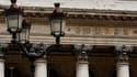 La Bourse de Paris chute de plus de 2,0% vendredi en début d'après-midi, et touche de nouveaux plus bas de l'année, qui le ramènent à ses niveaux de mi-mars 2009. A 12h51, l'indice perdait 2,4% à 2.714,83 points. /Prise d'archives/REUTERS/Charles Platiau
