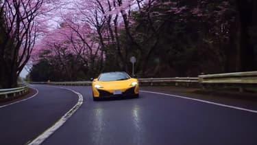 La 650S Spider se lance à l'assaut des monts japonais. A pleine vitesse, au milieu de cerisiers centenaires, on aime.