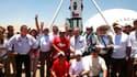 Les mineurs chiliens posent devant la nacelle qui les a sortis de leur mine