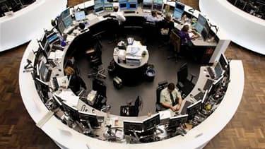 La Bourse de Francfort. Les Bourses européennes ont entamé lundi leur troisième séance de rebond d'affilée, soutenues par la publication au Japon d'une contraction moins forte que prévu du PIB au deuxième trimestre. /Photo prise le 11 août 2011/REUTERS/Al