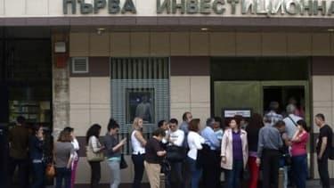 Des clients ont assiégé les guichets de la First Investment Bank.