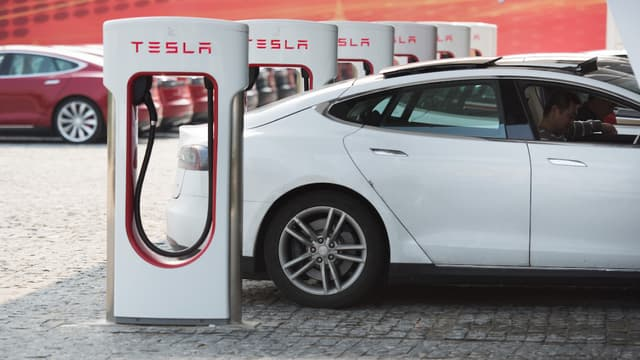 Les futurs acquéreurs de Tesla devront s'acquitter d'une contribution lorsqu'ils rechargeront leur véhicule à partir d'une borne superchargeur.