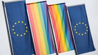 Le drapeau LGBT avec le drapeau de l'Union européenne devant la Banque centrale européenne.