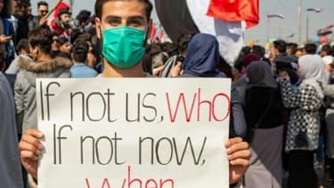 Un manifestant irakien lors d'un rassemblement contre le gouvernement le 11 février 2020 dans l'université de Bassora, dans le sud de l'Irak