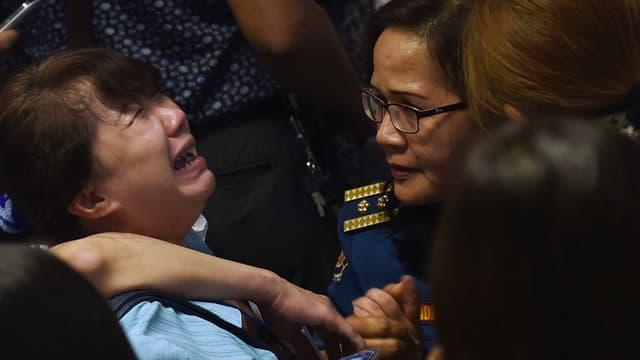 Des proches des passagers de l'avion disparu dans le centre de crise mis en place à l'aéroport Juanda, à Surabaya en Indonésie, le 30 décembre.