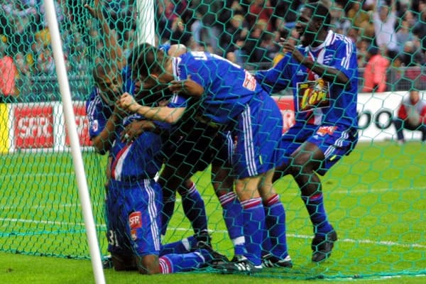 Claudio Caçapa (à genoux) coincé dans les filets et félicité par ses coéquipiers après son but en finale de la Coupe de la Ligue 2001