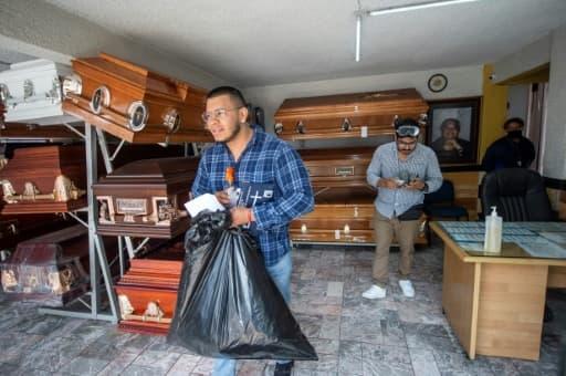 Mauricio Navarrete (g) et son frère Ignacio travaillent à Los Olivos Funerales, le 1er juin 2020 à Mexico
