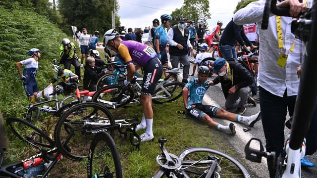 Plusieurs coureurs touchés après une grosse chute sur le Tour de France