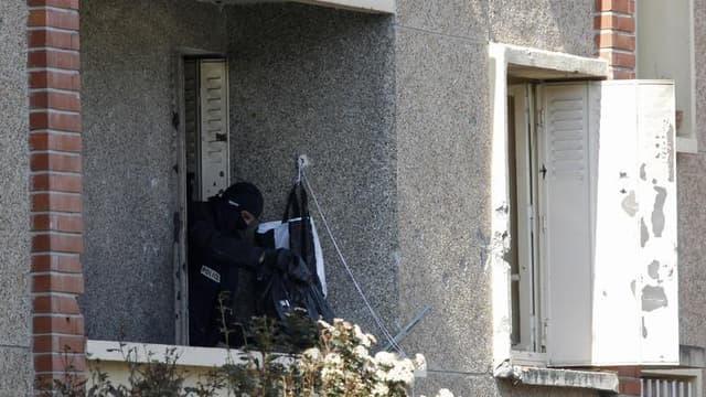 Lors de l'assaut contre Mohamed Merah, à Toulouse. Un homme soupçonné d'avoir fourni des armes au tueur doit être présenté samedi à un juge antiterroriste en vue d'une probable mise en examen. /Photo prise le 23 mars 2012/REUTERS/Jean-Paul Pélissier
