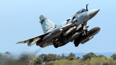 Décollage d'un Mirage 2000 en mars 2011, de la base française de Ventiseri.