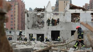 Des équipes de secours sur les lieux d'un explosion à Ningbo, dans l'est de la Chine, le 26 novembre 2017
