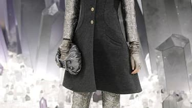 Sous la verrière du Grand Palais, Chanel a planté son décor dans les reflets miroitants de gigantesques cristaux de roche, pour un défilé automne-hiver 2012-2013 qui joue avec les effets de matière et les transparences, dans une palette fumée de gris, noi