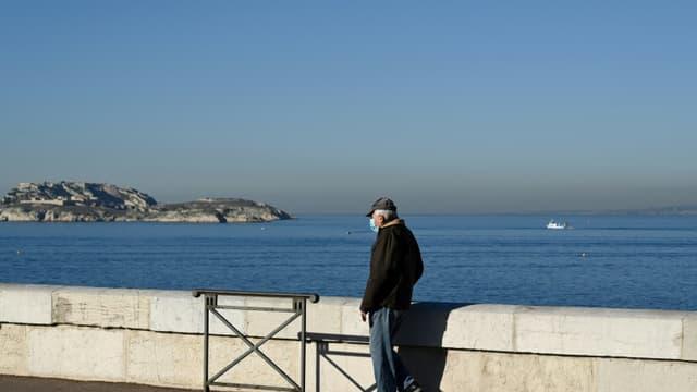 Un passant sur la corniche à Marseille, dans le sud de la France, le 19 janvier 2021
