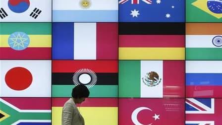"""Ecran avec les drapeaux des pays participant au G20 à Séoul. Un peu plus de deux ans après son appel à une """"gestion collective"""" des crises, Nicolas Sarkozy s'apprête à prendre la présidence d'un G20 qu'il a contribué à promouvoir comme la principale arène"""