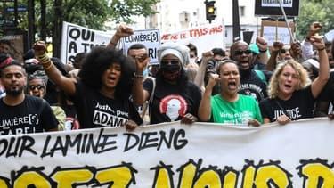 Manifestants en mémoire de Lamine Dieng, le 20 juin 2020 à Paris, avec au 1er rang, Assa Traoré, soeur d'Adama Traoré.