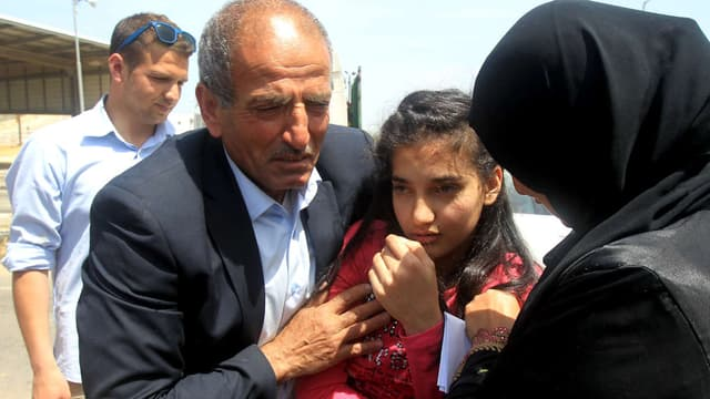 Dima al-Wawi, la plus jeune Palestinienne détenue par Israël, dans les bras de ses parents après sa libération, le 24 avril 2016.
