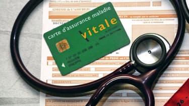 Une feuille de soins, une carte d'assurance maladie, un stéthoscope et un tensiomètre dans un cabinet médical (image d'illustration).