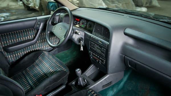 Bien vérifier l'état du véhicule, comme l'essayer, est une étape importante de l'achat. Ici, l'intérieur d'une berline Citroën Xantia mise aux enchères le 10 décembre lors de la vente Citroën.