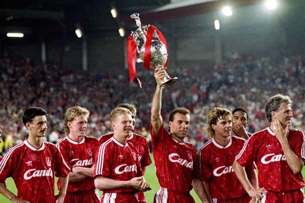 Ronny Rosenthal brandit le trophée de champion d'Angleterre gagné par Liverpool en mai 1990
