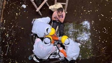 Photographie prise et fournie par la police de Badung à Bali le 6 juin 2020 montrant le sauvetage d'un Britannique qui était tombé dans un réservoir où il était resté bloqué durant six jours