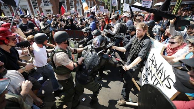 """Des néo-nazis et des membres de """"l'alt-right"""" affrontent des contre-manifestants, samedi 12 août à Charlottesville, en Virginie"""