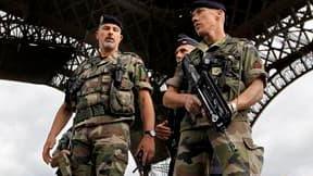 Patrouille policière sous la Tour Eiffel. Selon le directeur général de la police nationale, Frédéric Péchenard, la France fait face à une menace terroriste particulièrement élevée à l'heure actuelle. /Photo prise le 16 septembre 2010/REUTERS/Charles Plat