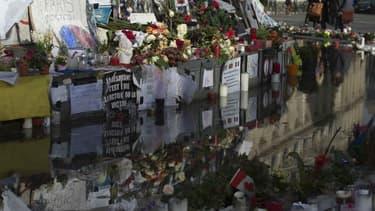 """Le président François Hollande et la maire de Paris Anne Hidalgo ont dévoilé mardi matin une plaque """"à la mémoire des victimes de l'attentat terroriste contre la liberté d'expression perpétré dans les locaux de Charlie Hebdo le 7 janvier 2015 - Mardi 5 janvier 2016 - Photo d'illustration"""