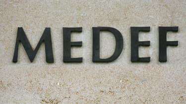 Le logo du Medef au siège de l'organisation, avenue Bosquet à Paris.