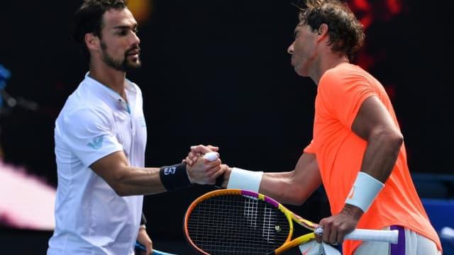 Rafael Nadal (droite) et  l'Italien Fabio Fognini se serrent la main après la victoire de l'Espagnol en 8es de finale de l'Open d'Australie le 15 février 2021 à Melbourne