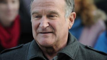 """L'acteur Robin Williams en 1998 lors de la cérémonie de remise des Oscars, où il reçoit la prestigieuse statuette pour son rôle dans """"Will Hunting""""."""