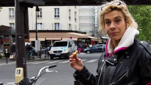 Frigide Barjot dans une rue de Paris
