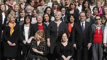 François Hollande pose avec 100 femmes dans les jardins de l'Elysée, le 8 mars 2015