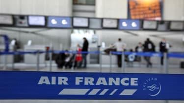 Air France a estimé jeudi que la grève entamée lundi lui coûtait de 8 à 10 millions d'euros par jour en termes de résultats d'exploitation. /Photo prise le 7 février 2012/REUTERS/Eric Gaillard