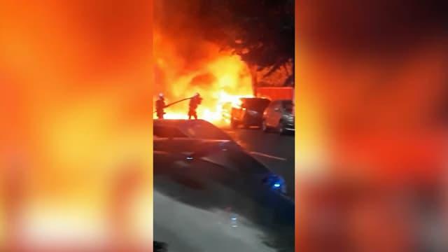 Les pompiers ont dû intervenir après que des véhicules ont pris feu sans doute en raison de la foudre ce mardi à Boulogne-Billancourt.