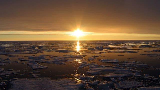 Photo d'un coucher de soleil en Arctique, au niveau du Canada, le 10 octobre 2007.