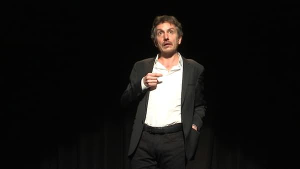 """Olivier Sauton sur scène dans """"Fabrice Luchini et moi""""."""