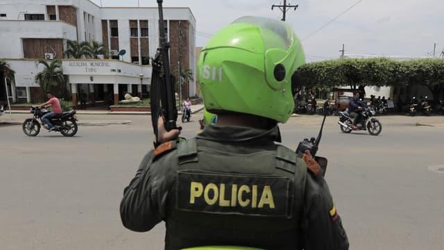 Un policier colombien dans la localité de Tibu en Colombie, le 27 avril 2018.
