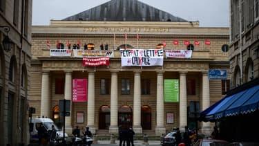 Des manifestants au théâtre de l'Odéon, le 4 mars 2021 à Paris
