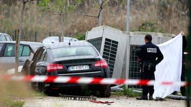 Des enquêteurs examinent la voiture de Jean-Luc Chiappini, assassiné ce jeudi sur la route de l'aéroport, à Ajaccio.