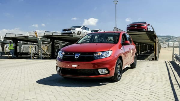 Une Dacia Sandero sur le port de Tanger (Maroc). En 2016, avec 315.000 exemplaires, la Sandero est la 2e voiture la plus vendue par Renault, derrière la Clio, son homologue de la gamme généraliste.