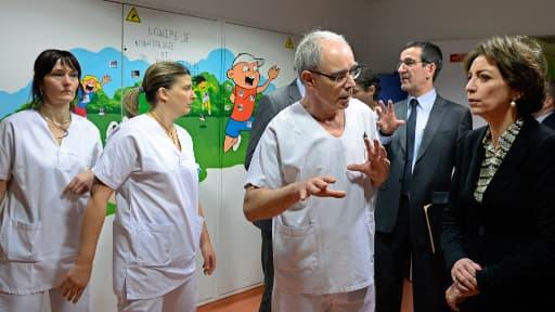 La ministre de la Santé, en visite au CHU de Chambéry dimanche, discute avec le chef du service de réanimation néonatale.