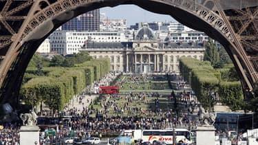Sous la Tour Eiffel. Paris a conforté en 2011 sa place de première destination touristique mondiale avec une fréquentation hôtelière record de près de 37 millions de nuitées, selon l'Office du tourisme et des congrès de la capitale française. /Photo d'arc