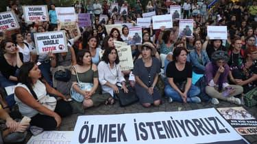 Des dizaines de manifestants se sont rassemblés vendredi à Ankara pour dénoncer le meurtre d'Emine Bulut.