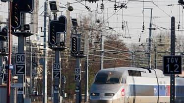 Entrée d'un TGV en gare de Strasbourg, le 7 avril. La grève se poursuit jeudi pour le neuvième jour à la SNCF mais le dialogue a repris entre la direction et la CGT, syndicat majoritaire, entretenant l'espoir d'une sortie de crise. /Photo prise le 7 avril