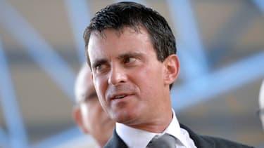 Manuel Valls a répondu aux critiques de Bernadette Chirac et Laurent Wauquiez à propos du découpage électoral ce 18 décembre.