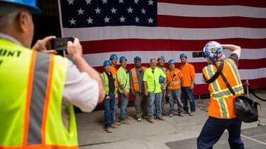 Des travailleurs new yorkais dans le secteur de la Construction posant avec le drapeau américain, proche de la tour du World Trade Center, le 23 juin 2016.